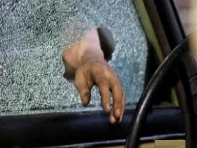 Modus Pencurian Memecahkan Kaca Mobil Dengan Pecahan Busi