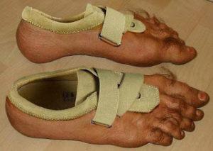 sepatu unik bentuk kaki manusia dan sejenisnya