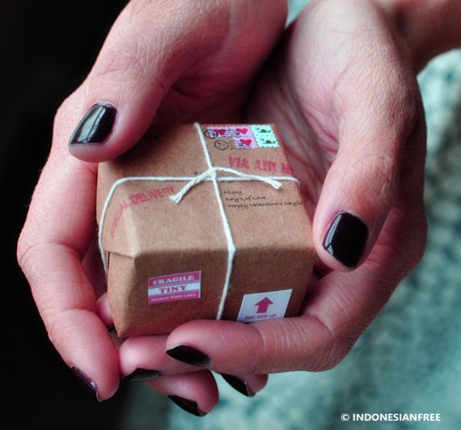 Tips Menjaga Hubungan Jarak Jauh Komitmen Untuk Tidak Mendua Kirim hadiah