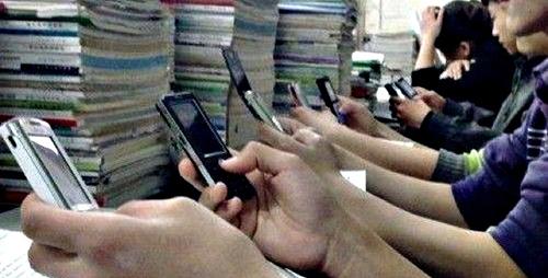gaya hidup mahasiswa jaman sekarang mahasiswa main gadget