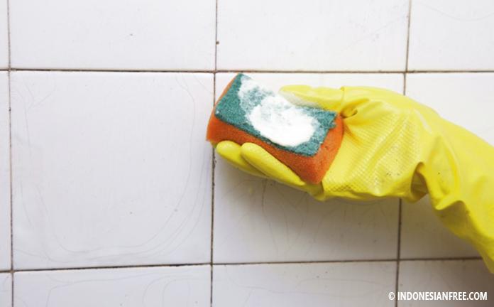 cara membersihkan kaca kamar mandi