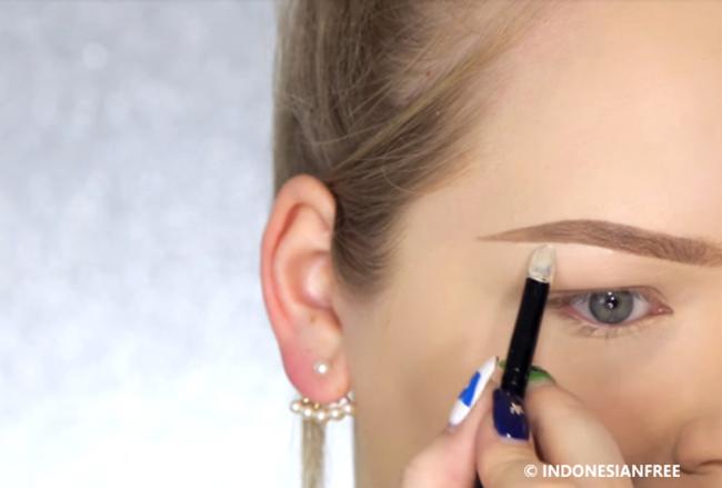 cara menggunakan pensil alis agar terlihat natural