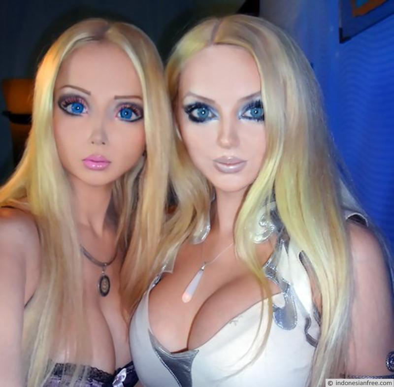 wanita mirip boneka barbie